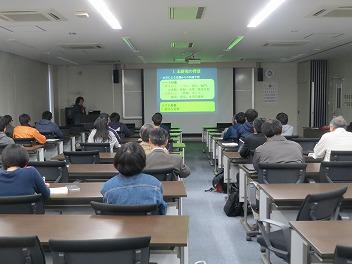 安達貴浩教授の講演の様子